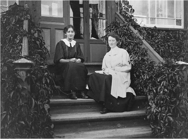 Charlotte Of Frida Wankel På Trappen Hjemme På Kambo Gods, Ca. 1910
